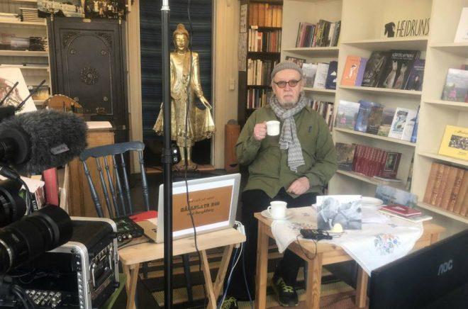 Bengt Berg, förläggare och författare, i Heidrun förlags hemmastudio. Foto: Anders Berg