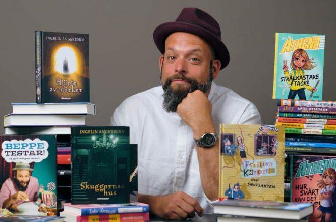 Beppe Singer är tävlingsledare för lästävlingen Den stora läsutmaningen som alla Sveriges fjärdeklasser kan delta i hösten 2021. Foto: Stefan Tell