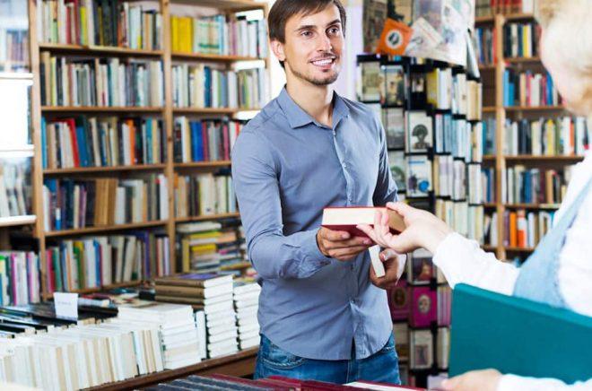 Den personliga rekommendationen i bokhandeln, handsålda böcker, slår algoritmer hos nätbokhandlare. Det menade en Harvardprofessor. Foto: iStock.
