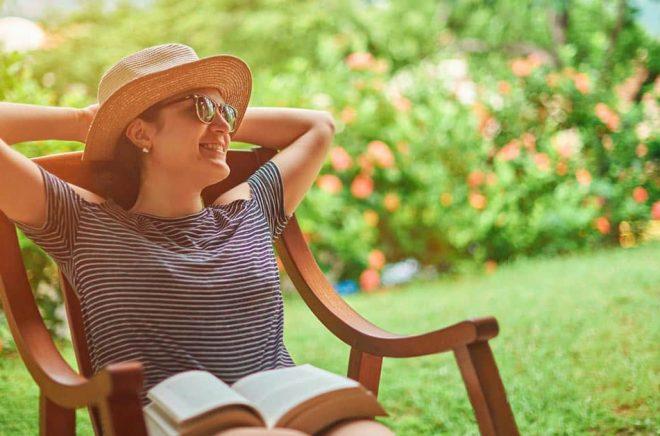 Sommarjobb: läsa böcker. För alla i bokbranschen låter det som ett drömjobb. Kommer det att leda till att Vimmerby får fram fler bokbloggare och litteraturkritiker? Foto: iStock.
