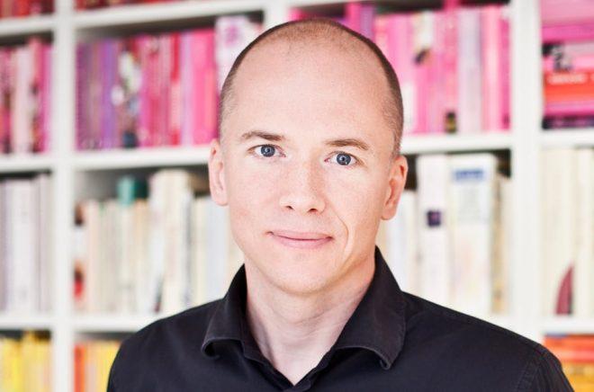 Författaren Daniel Åberg har gjort succé med serien Virus på Storytel Original. Foto: Sara Arnald.