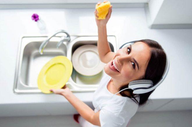 Diska och lyssna på ljudbok är en perfekt kombination. Släng ut diskmaskinen och se till att det blir mycket disk när du lagar mat. Foto: iStock.