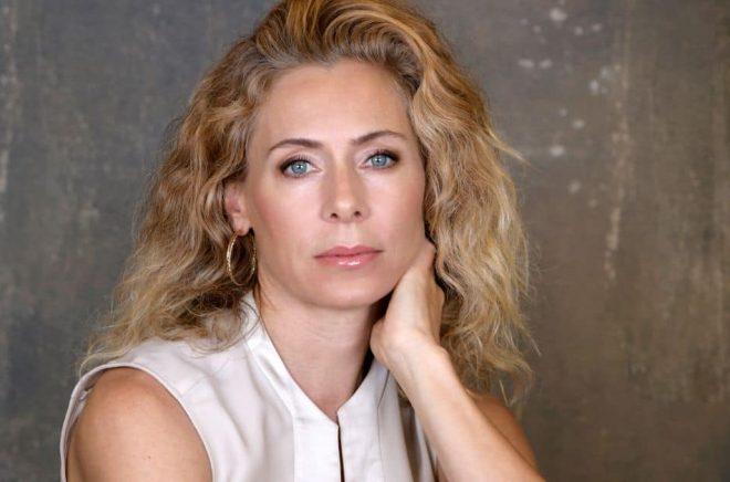 Skådespelaren Eva Röse är programledare för Storytel Original-serien Älskade Dyslexi. Foto: Maria Östlin/Storytel