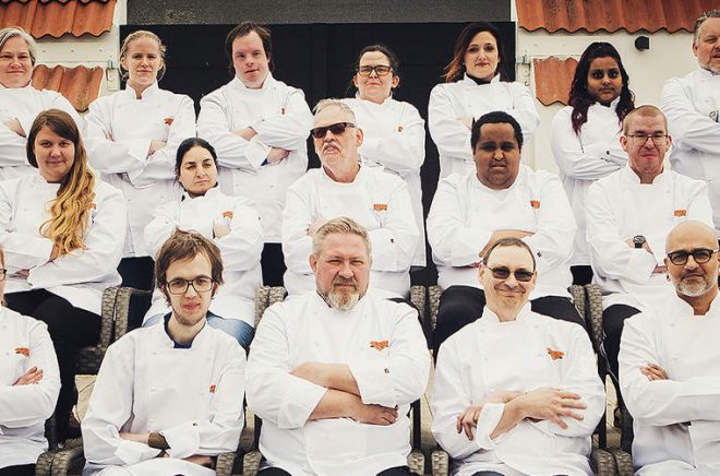 Författarna och kockarna som ligger bakom kokboken tillsammans med ledarna på Sesams dagliga verksamhet. Foto: Kristoffer Granath