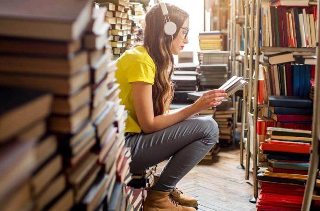 Hörlurar utan kostnad och sänkt pris tack vare lägre digitalmoms. Det är vad Bokus Play hoppas ska ge dem övertag i jakten på nya ljudbokslyssnare i sommar. Foto: iStock.