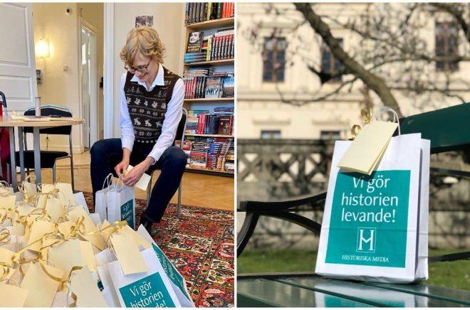 Christina Haugen, Marknads- och försäljningsansvarig på Historiska Media packar bokpåsar inför Världsbokdagen. Foto: Historiska Media