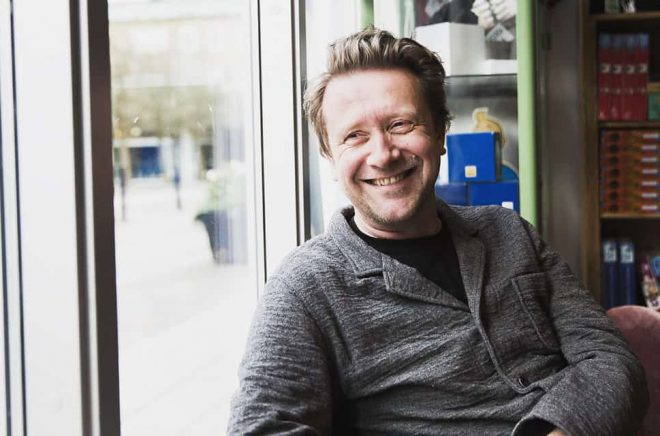 Christoffer Palmer, ägare och eldsjäl i Höganäs Bokhandel. Foto: Sarah Perfekt