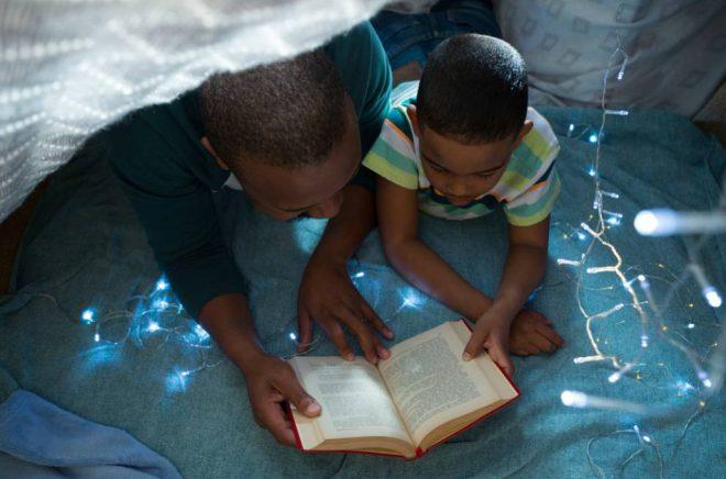 Den 1 februari är det Högläsningens dag. Passa på att ordna fredagsmys med en bok! Foto: Istock