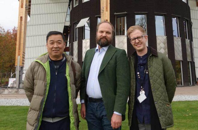 Wang Youchang, Pelle Agorelius och Jonas Strömkvist framför Måltidens hus i Grythyttan.