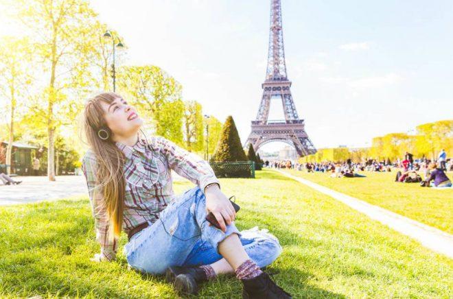 I Frankrike är det den yngre åldersgruppen 15-24 år som lyssnar mest på ljudböcker. Foto: Istock