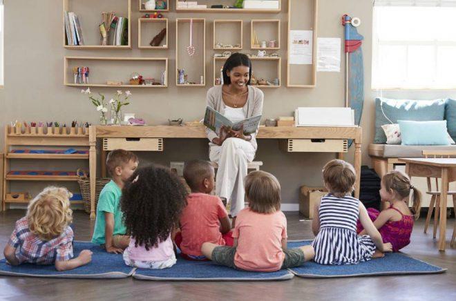 Regelbundna sagostunder i skolan förbättrar barnens läsförståelse och gör dem mer benägna att vilja läsa själva, visar en undersökning från Egmont. Foto: Istock