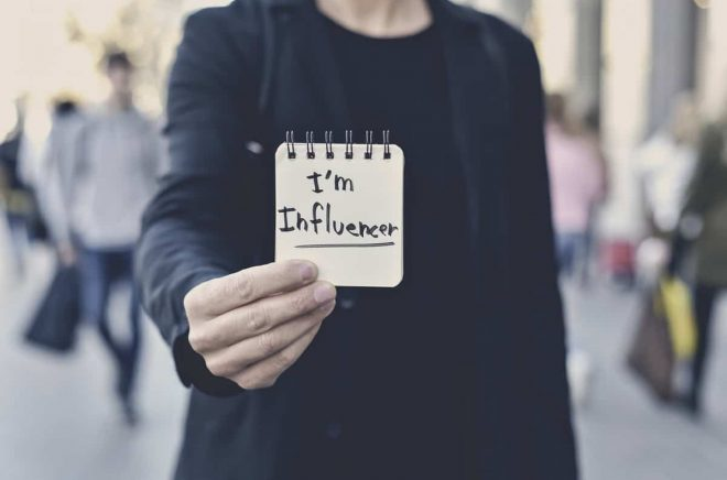 man and text I am influencer in a note