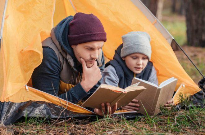 Inga planer för läslovet än? I den nya barn- och ungdomsbokskatalogen hittar du boktips och pyssel för barn och unga i alla åldrar. Foto: Istock