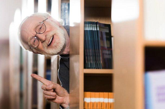 Biblioteken i Göteborg fick en bra idé. Låntagare som är över 70 år kan beställa hem bokpåsar för att ha något att göra över påsken. Foto: Istock