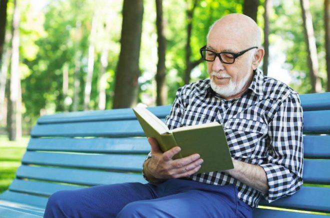 Läser du mycket böcker? Bra, då är chansen större att du lever längre –och dessutom håller du din hjärna på alerten. Foto: Istock