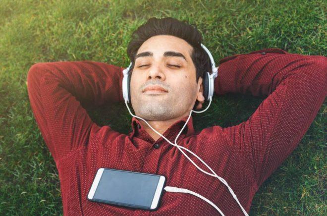 Svenskar gillar att läsa eller lyssna på deckare på semestern. Foto: Istock