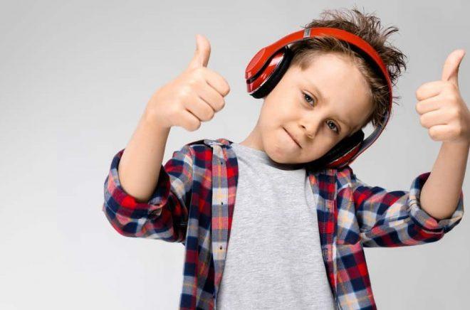 Det är både coolt och välgörande att lyssna på ljudböcker, enligt National Literacy Trusts forskningsöversikt. Foto: Istock