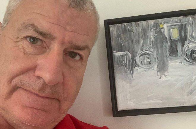 Johan Rietz med en av tavlorna han målade efter att ha drabbats av en stroke år 2017. Foto: Privat