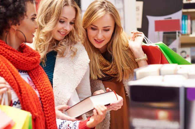 Under julhandeln får stamkunderna sällskap av julklappsshoppare i bokhandeln. Foto: iStock.