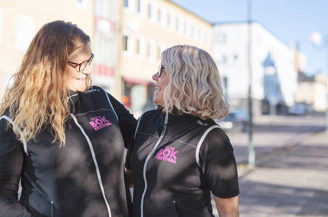 Carina Bergsten och Tora Lindberg är projektledare för Kiruna Bokfestival. Foto: Linda Johansson