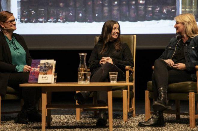 Tora Lindberg samtalar med Nina Wähä och Karin Smirnoff under Kiruna bokfestival. Foto: Johan Ylitalo