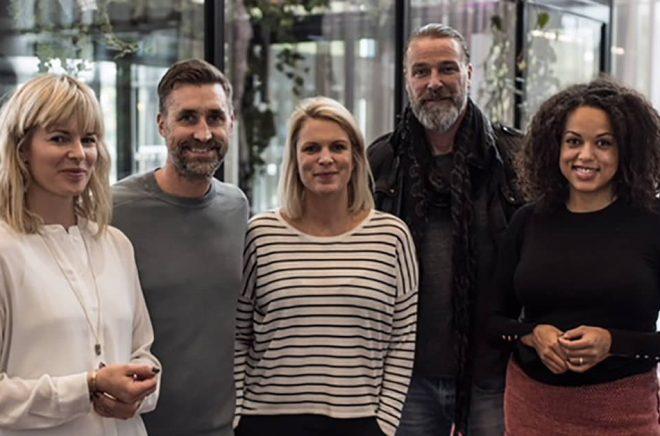 Författarna Andréas & Emelie Sjölander omgivna av Linda Grådal, Patrik Sjöberg och Elaine Eksvärd från Treskablinoll. Foto: Boksmart förlag