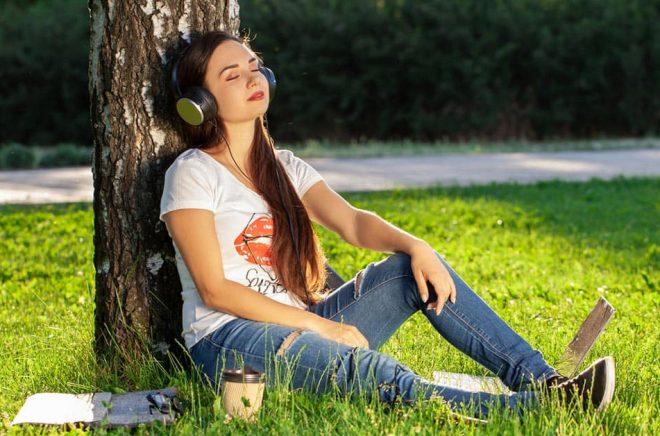 Ljudboken vinner fler lyssnare. Men konkurrerar samtidigt med annat i lurarna. Foto: iStock.