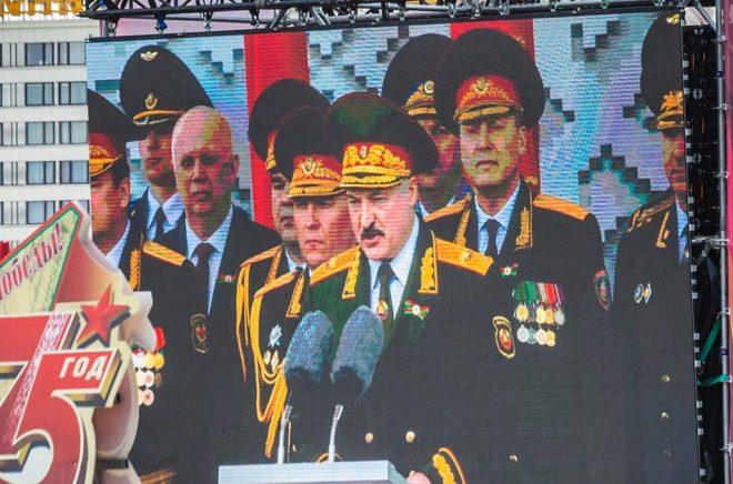 Aleksandr Lukasjenko, är Belarus diktator sedan 20 juli 1994. Här i samband med en militärparad i maj 2020. Foto: iStock.