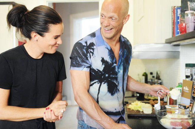 Årets kokbok 2018 blev Blå kokboken 2 av Anna Benson som här besöker dansaren Tobias Karlsson i hans kök. Foto: Yessica Thor.