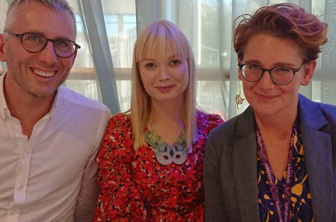 Nytillskottet i Finland, Noora Vaakanainen (i mitten), välkomnas till WAPI av Mattias Lundgren och Jessica-Rudin. Foto: Sölve Dahlgren