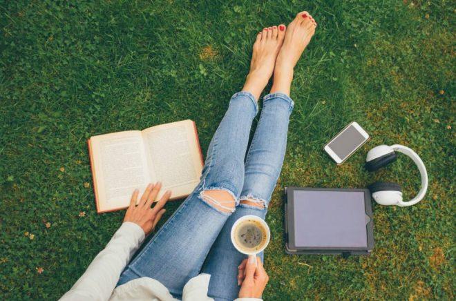 Svenskarna läser ungefär lika mycket tryckta böcker som förut, samtidigt som den digitala läsningen ökar. Det visar Mediebarometern 2018. Foto: Istock