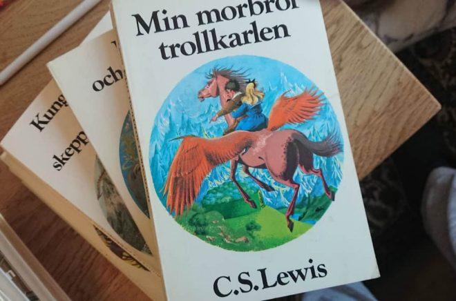 Svenska utgåvor av CS Lewis Narniaböcker. I den outgivna boken The Stone Table, skriven av Francis Spufford, återvänder Digory och Polly till Narnia. Foto: Boktugg