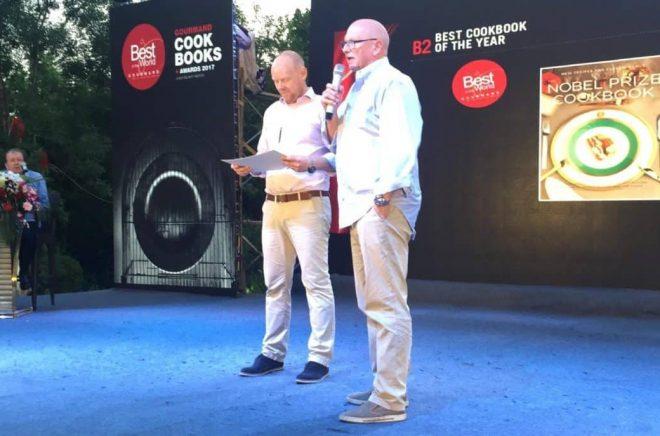 Niclas Wahlström och Gert Klötzke tar emot priset Best Cookbook of the Year för The Nobel Prize Cookbook (Max Ström).