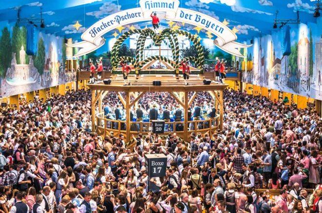 En av världens största folkfester - Oktoberfesten i München. Här i Hacker-Pschorr, ett av de mest kända öltälten 2018. Men 2020 års Oktoberfest är nu inställd på grund av coronaviruset. Foto: iStock.