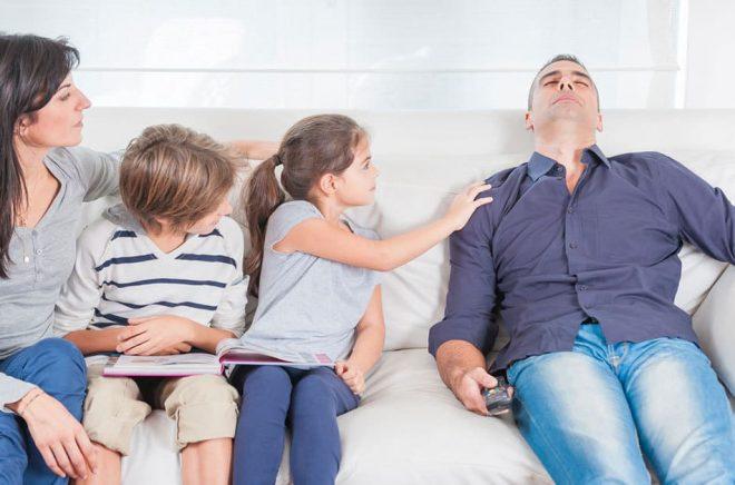 Mammorna läser och föräldrarna har fått barnen att läsa. Men papporna kollar bara på tv eller somnar i soffan. Lite fördomsfullt, men även underbyggt av statistik och undersökningar. Hur får vi männen att läsa mer? Foto: iStock