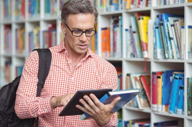 Fysiska böcker får alltmer konkurrens av sina digitala kusiner. Både i bokhandel och bibliotek. Foto: iStock.