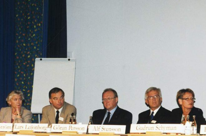 Bokmässan i Göteborg för 20 år sedan. Politikerna Lennart Daléus (c), Lotta Nilsson Hedström (språkrör mp), Lars Leijonborg (fp), Göran Persson (s), Alf Svensson (kd), Gudrun Schyman (v) och Bo Lundgren (m) samtalade om läsning på Bokmässan år 2000. I år upprepas inslaget med dagens partiledare. Foto: Pressbild/Bokmässan