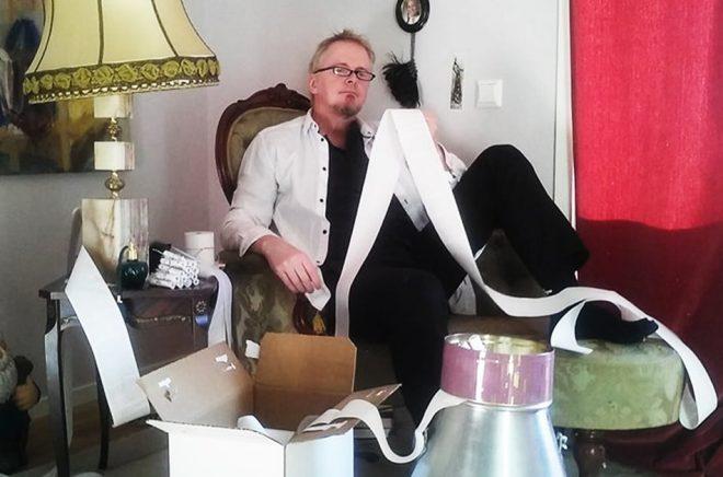 Patrik Johansson med en skriftrulle. Foto: Rotulus Förlag