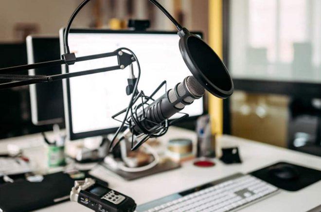 Podcast eller ljudbok. Det går att använda ungefär samma typ av studio för båda delarna - och gränsen mellan formaten är hårfin från lyssnarens perspektiv. Foto: iStock.