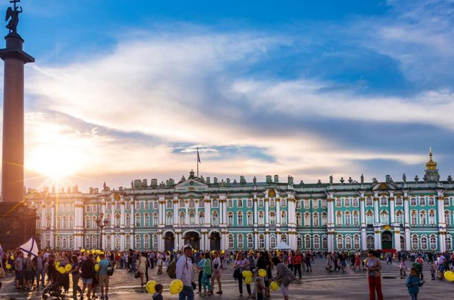 Palatstorget Sankt Petersburg mest kända torg. Det har fått sitt namn från det intilliggande Vinterpalatset. I mitten av torget står den mest kända symbolen för Sankt Petersburg, Alexanderkolonnen. Foto: iStock.