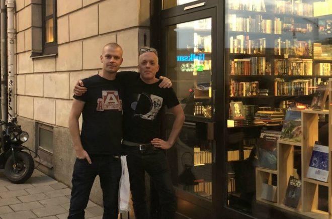Magnus Lekberg och Lars Jansson utanför nyöppnade Stockholms science fiction-antikvariat. Foto: Anna Wilhelmsson