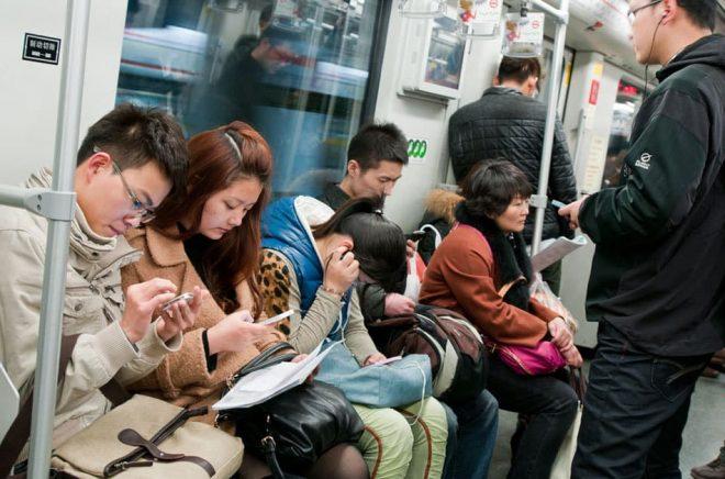 Många pendlare i Shanghai läser eböcker på sina mobiltelefoner. Foto: fotokon, iStock.