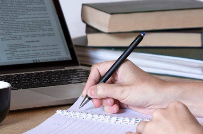 Enligt reglerna får man inte börja skriva på sitt manus i NaNoWriMo före kl 12 den 1 november. Men anteckningar och idéer går bra att samla. Foto: iStock.