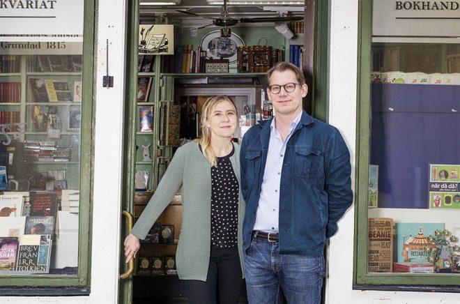 Louise Malmström och Anders Karlin framför sin bokhandel. Foto: Magnus Media