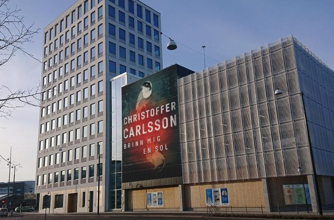 Solceller som reklamplats? Med ny revolutionerande teknik blir det möjligt och Boktugg har inlett ett samarbete för att sälja reklamplats på en stor vägg i närheten av vårt kontor. Foto: Sölve Dahlgren.