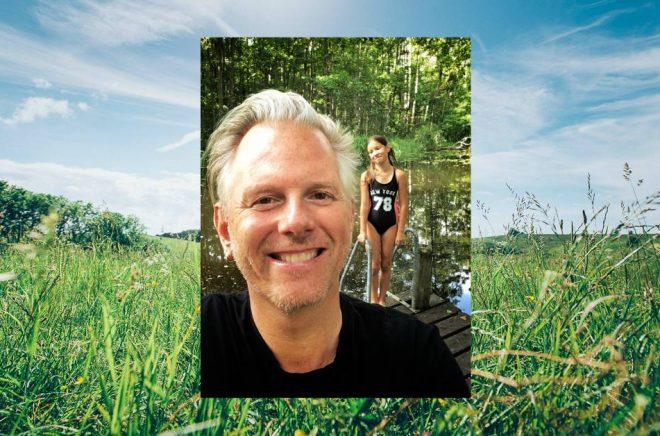 Omlagsformgivaren Niklas Lindblad semestrar med dottern Yrsa.