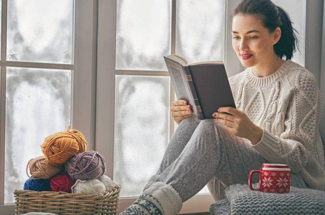 Mjuka vs hårda paket = tröja vs bok. Krypa upp i fönsterkarmen med en god bok blir en bra bild, men är det inte skönare i soffan egentligen? Foto: iStock