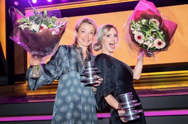 Inläsaren Gunilla Leining och författaren Emelie Schepp vinner för andra året i rad det stora ljudbokspriset i kategori spänning, denna gång med Nio liv. Foto: Storytel.
