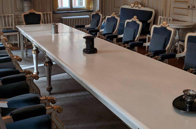 Många stolar blir det. Men nu är bara en ledig. Foto: AleWi/CC BY-SA 4.0.