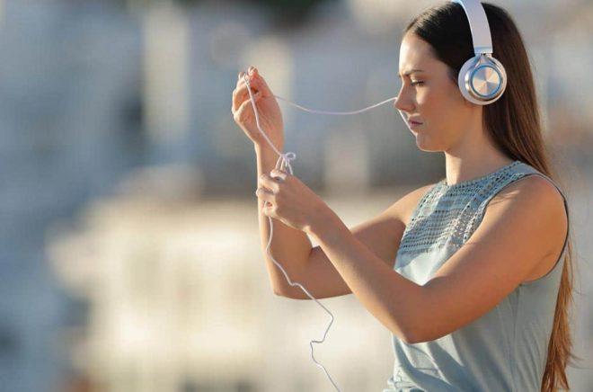Det är inte bara sladdar som kan trassla när man lyssnar på ljudböcker i mobilen. Lika svårt är att bestämma vad man ska kalla de digitala tjänsterna för att läsa och lyssna på böcker i mobilen. Foto: iStock.